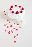 Witte cake met frambozen op witte achtergrond Stock Afbeeldingen