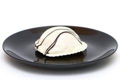 Witte cake op een zwarte plaat Royalty-vrije Stock Foto's
