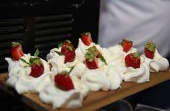 Witte cakesachtergrond De cake van schuimgebakjepavlova stock foto