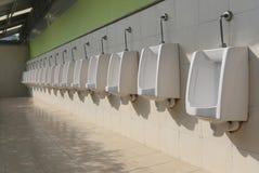 Witte ceramisch van urinoirs in de badkamers van mensen Stock Afbeelding