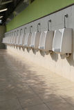 Witte ceramisch van urinoirs in de badkamers van mensen Royalty-vrije Stock Afbeeldingen