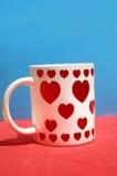Witte ceramische kopwhit rode harten stock foto's
