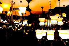 Witte ceramische lamp die in dark gloeien Royalty-vrije Stock Fotografie