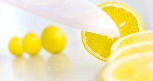 Witte ceramische messen scherpe citroen Stock Afbeeldingen