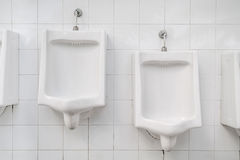 Witte ceramische urinoirs Royalty-vrije Stock Foto