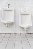Witte ceramische urinoirs Stock Fotografie