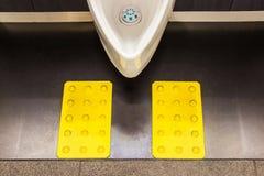 Witte ceramische urinoirs in het ontwerp van de mensen` s badkamers voor visueel stock foto's