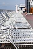 Witte Chaise Zitkamers op Dek Stock Foto's