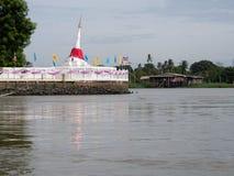 Witte Chedi in Chao Phraya River Stock Afbeeldingen
