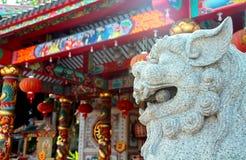 Witte Chinese beschermerleeuw met Chinese tempelachtergrond Royalty-vrije Stock Foto's