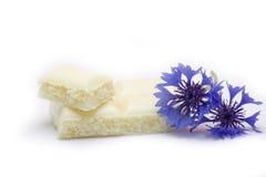 Witte chocolade met blauw-bonnet Stock Afbeeldingen