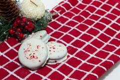 Witte Chocolade Ondergedompelde die koekjes met verpletterde pepermunt worden bestrooid Stock Afbeelding