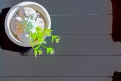 Witte chocoladepaaseieren met donkere houten achtergrond vector illustratie