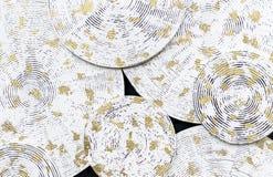 Witte cirkels met symmetrische groeven en gouden punten Achtergrond van witte cirkels royalty-vrije stock foto
