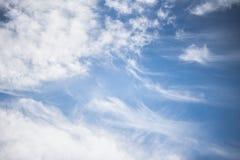 Witte cirruswolken tegen de blauwe hemel Pluizige wolken royalty-vrije stock afbeeldingen