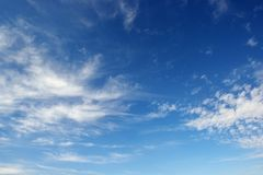 Witte cirruswolken tegen de donkerblauwe hemel Royalty-vrije Stock Foto