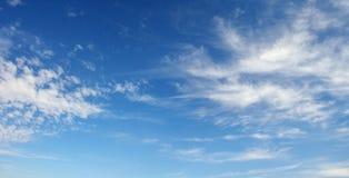 Witte cirruswolken tegen de donkerblauwe hemel Royalty-vrije Stock Foto's