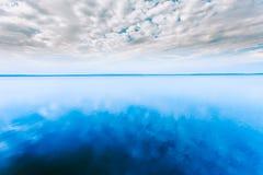 Witte Cloudscape over Blauwe Waterspiegel van de Rivier van de Meervijver naties Stock Foto's