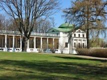 Witte colonnade met rotonde Royalty-vrije Stock Foto