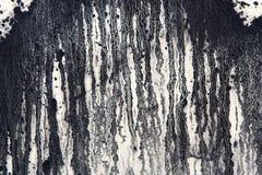 Witte concrete muur met zwarte verfdruppels, abstracte achtergrond royalty-vrije stock fotografie