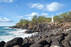 Witte concrete vuurtoren op de rotsachtige kust van Hawaï Royalty-vrije Stock Afbeelding