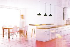 Witte countertops in een roze onduidelijk beeld van de vloerkeuken Royalty-vrije Stock Afbeelding