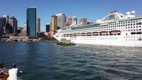 Witte Cruiseschip en Veerboot, Sydney Harbour, Australië stock videobeelden