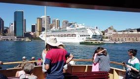 Witte Cruiseschip en Veerboot, Sydney Harbour, Australië stock footage