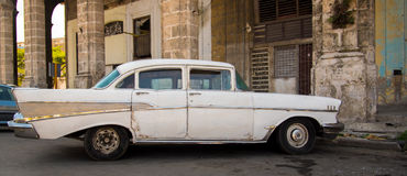 Witte Cubaanse auto stock fotografie