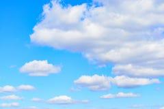 Witte cumuluswolken in blauwe hemel bij dag Natuurlijke Achtergrondfototextuur royalty-vrije stock afbeeldingen