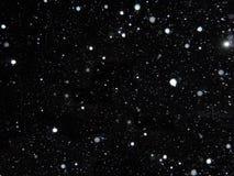 Witte dalende sneeuw op een zwarte achtergrond Royalty-vrije Stock Afbeeldingen