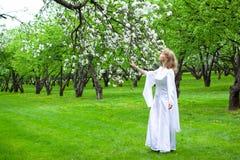 Witte dame en witte bloemen stock afbeelding