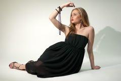 Witte dame in zwarte chiffonkleding met parels Stock Foto's