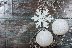 Witte de boomstuk speelgoed en sneeuwvlok van Kerstmisdekoration op een donkere houten achtergrond Royalty-vrije Stock Fotografie
