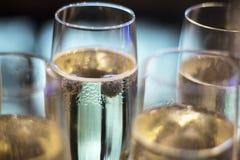 Witte de wijnglazen van Champagne in huwelijkspartij Royalty-vrije Stock Afbeelding