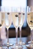 Witte de wijnglazen van Champagne in huwelijkspartij Stock Afbeelding