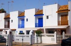 Witte de zomerhuizen met kleurendetails royalty-vrije stock afbeelding