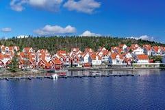 Witte de zomerplattelandshuisjes op de fjord Stock Foto's
