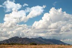 Witte de Zomerwolken in de Woestijnhemel Royalty-vrije Stock Afbeelding
