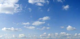 Witte de zomerwolken op blauwe hemel Royalty-vrije Stock Afbeeldingen