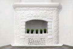 Witte decoratieve open haard van geschilderde steen Stock Foto