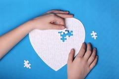 Witte details van een raadsel op een blauwe achtergrond Een raadsel is pu Royalty-vrije Stock Foto