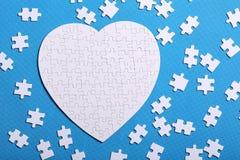 Witte details van een raadsel op een blauwe achtergrond Een raadsel is pu Stock Fotografie
