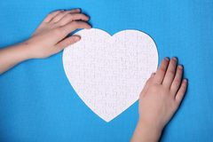 Witte details van een raadsel op een blauwe achtergrond Een raadsel is pu Royalty-vrije Stock Afbeeldingen