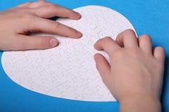Witte details van een raadsel op een blauwe achtergrond Een raadsel is pu Stock Afbeelding