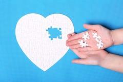 Witte details van een raadsel op een blauwe achtergrond Een raadsel is pu Royalty-vrije Stock Fotografie