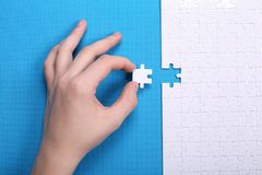 Witte details van een raadsel op een blauwe achtergrond Een raadsel is pu Stock Foto's
