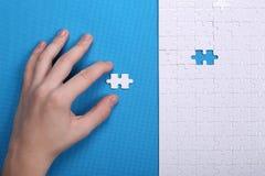 Witte details van een raadsel op een blauwe achtergrond Een raadsel is pu Stock Afbeeldingen
