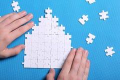 Witte details van een raadsel op een blauwe achtergrond Een raadsel is pu Royalty-vrije Stock Afbeelding