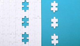 Witte details van een raadsel op groene achtergrond Een raadsel is een puz Royalty-vrije Stock Foto